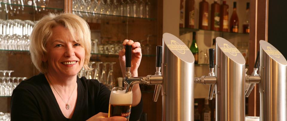 Frisch gezapftes kühles Bier vom Fass