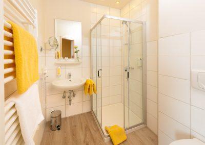 ansicht_badezimmer_mit_dusche